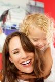Houdende van moeder en dochter thuis Stock Afbeelding