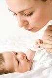 Houdende van moeder met baby royalty-vrije stock afbeelding
