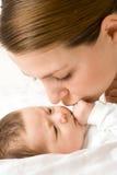Houdende van moeder met baby stock afbeeldingen