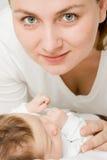 Houdende van moeder met baby stock fotografie
