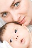 Houdende van moeder met baby royalty-vrije stock fotografie