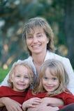 Houdende van moeder met dochters Royalty-vrije Stock Foto