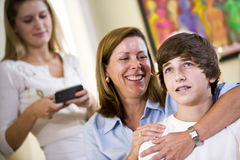 Houdende van moeder met wapen rond tienerzoon royalty-vrije stock fotografie