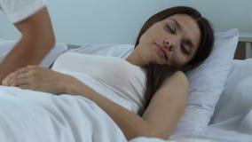 Houdende van mooie de vrouwenochtend van echtgenootontwaken, tedere relaties, familiegeluk stock videobeelden