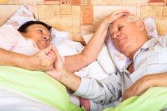 Houdende van oudsten in bed Stock Foto