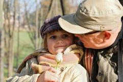 Houdende van papa en dochter Royalty-vrije Stock Foto