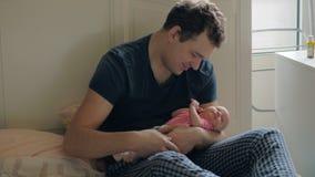 Houdende van vader die pasgeboren dochter en het kussen van haar houden stock video