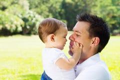 Houdende van vader met babydochter royalty-vrije stock afbeelding