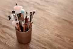 Houder met make-upborstels stock afbeeldingen