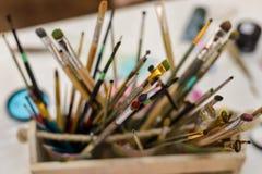 Houder met vele kunstborstels royalty-vrije stock afbeeldingen