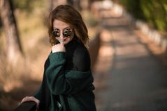 Houding, Vrouw met Zonnebril royalty-vrije stock fotografie