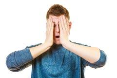 Houdt de close-up beklemtoonde mens hoofd met handen Stock Afbeeldingen