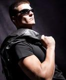 Houdt de mannelijke whit van de manier zonnebril zwart jasje Royalty-vrije Stock Foto