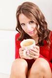 Houdt de meisjes rode sweater mok met koffie Royalty-vrije Stock Afbeelding