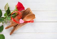 Houdt van het romantische de liefdevoedsel van het valentijnskaartendiner en kokend concept - Romantische lijst plaatsend verfraa royalty-vrije stock afbeelding