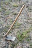 Houe, un outil de jardin Image libre de droits