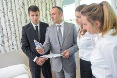 Houekeeping lag för Head hotell som kontrollerar rum Arkivfoto
