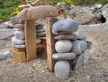 Houes de piedra en la playa. fotos de archivo