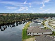 Houes e os patamar da tela alinham o banco de uma lagoa pequena em uma vizinhança americana de cima da antena fotografia de stock royalty free