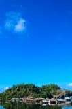 Houese nära floden Arkivfoto