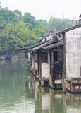 Houeses door de rivier Stock Fotografie
