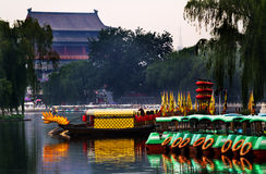 Houhai laken Tourboats trummar står hög i bakgrund Beijing, Kina Fotografering för Bildbyråer