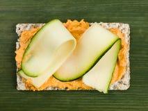 Houmous con el calabacín en el biscote curruscante de Rye Fotografía de archivo libre de regalías
