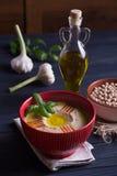 Houmous fait maison avec le basilic, l'ail et l'huile d'olive Photos libres de droits