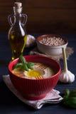 Houmous fait maison avec le basilic, l'ail et l'huile d'olive Images libres de droits