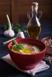 Houmous fait maison avec le basilic, l'ail et l'huile d'olive Photo stock