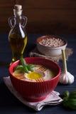 Houmous fait maison avec le basilic, l'ail et l'huile d'olive Photo libre de droits
