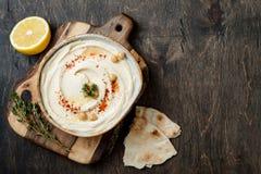 Houmous fait maison avec le paprika, thym, huile d'olive Cuisine arabe traditionnelle et authentique du Moyen-Orient photos libres de droits