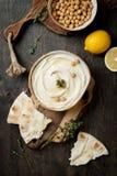 Houmous fait maison avec le thym, huile d'olive Cuisine arabe traditionnelle et authentique du Moyen-Orient image stock
