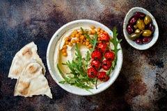 Houmous fait maison avec les tomates-cerises et les olives r?ties Cuisine arabe traditionnelle et authentique du Moyen-Orient images stock