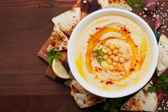 Houmous ou houmous, apéritif fait de pois chiches écrasés, tahini, citron, ail, huile d'olive, persil et paprika Photographie stock