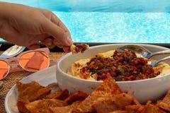 Houmous par la piscine photographie stock