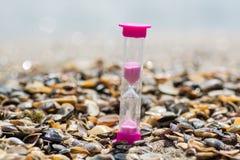 Hourglass auf dem Strand lizenzfreie stockfotos
