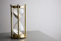 Hourglass auf Grau Stockfotos