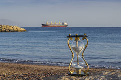 Hourglass auf sandigem Marinestrand, Rotes Meer Stockfotografie