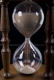 Hourglass auf schwarzem Hintergrund lizenzfreie stockbilder