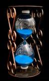 Hourglass com areia roxa fotos de stock