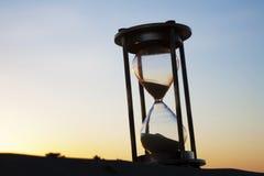 Hourglass draußen am Sonnenaufgang stockbilder