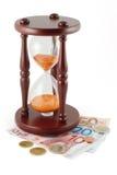 Hourglass e dinheiro foto de stock