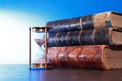 Hourglass e livros imagem de stock royalty free