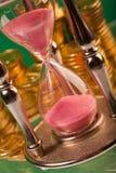 Hourglass e moedas imagem de stock royalty free