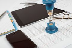 hourglass Hombre de negocios que trabaja en la oficina en el fondo Concepto el tiempo es oro Imagen de archivo