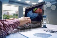 hourglass Homem de negócios que trabalha no escritório no fundo Conceito Tempo é dinheiro foto de stock royalty free