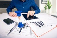 hourglass Homem de negócios que trabalha no escritório no fundo Conceito Tempo é dinheiro imagens de stock