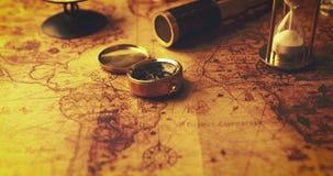 Hourglass i antyczne nawigacji rzeczy na stary świat mapie zbiory