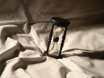 Hourglass im Bett Stockfotos
